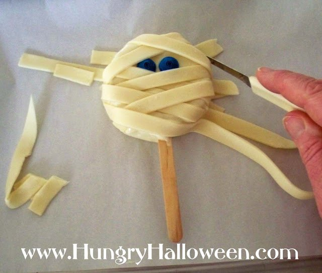 These Mummy Pops are such a fun Halloween treat to make! Your kids will have a blast making these for all of their friends or they're great to serve at parties!