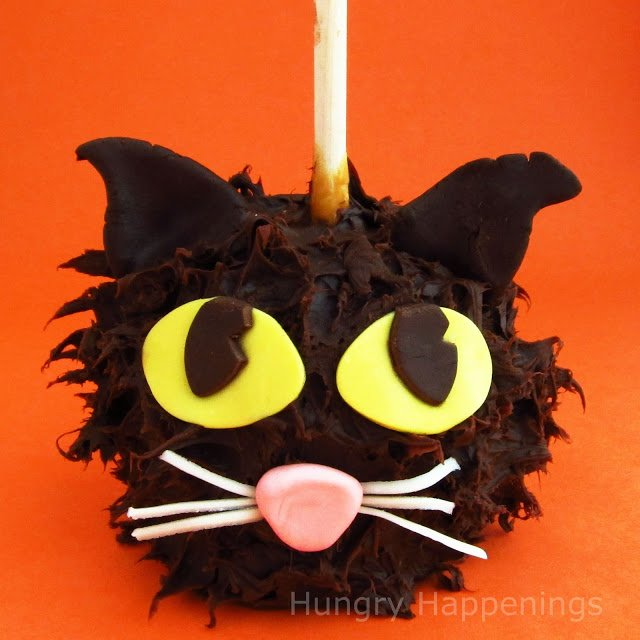 What two things are better than caramel and chocolate? These adorable Chocolate Caramel Apple Cats are the purrfect dessert for your fun Halloween party!