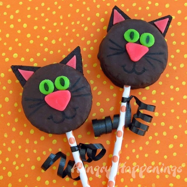 Have fun with your kids and make these Black Cat Snack Cakes! These treats are fun to decorate and purrfect for any Halloween party.