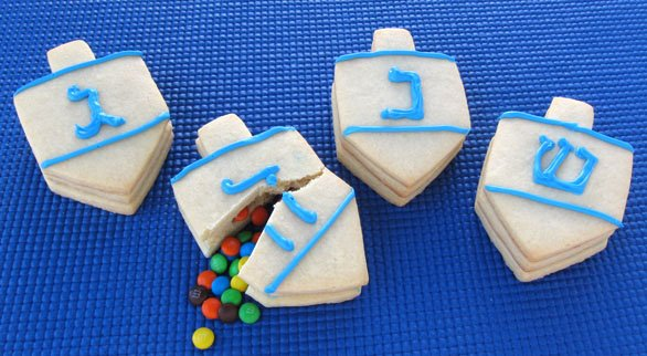 Make some tasty cookies that will satisfy anybody this season. These Christmas Light and Dreidel Cookies are extremely cute and all of them will be eaten in a flash!
