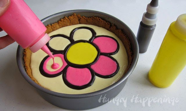 Decorating a cheescake