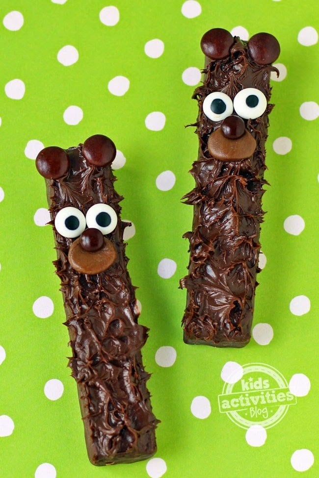 Chocolate Fudge Stick Bears | HungryHappenings.com