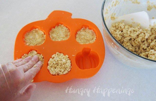 Pumpkin Rice Krispie Treats | HungryHappenings.com