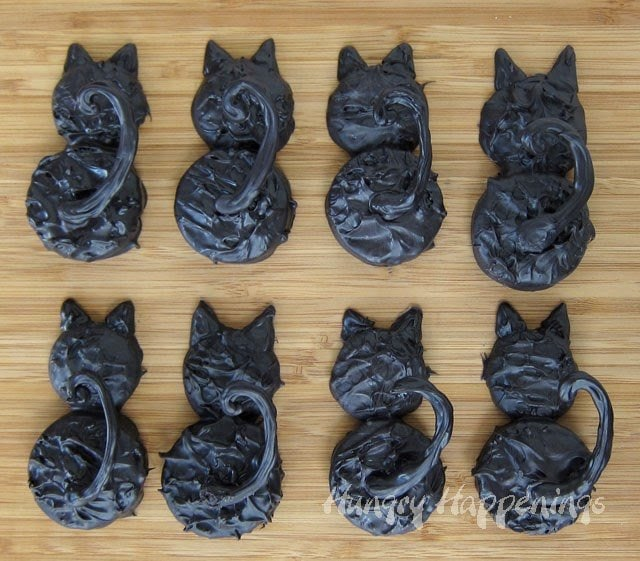Chocolate Dipped Oreo Black Cats | HungryHappenings.com