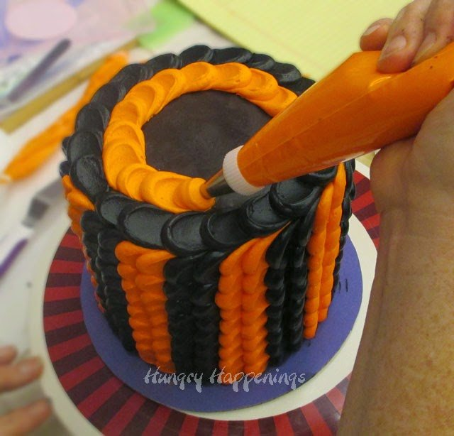 How to make a Halloween pulled dot cake