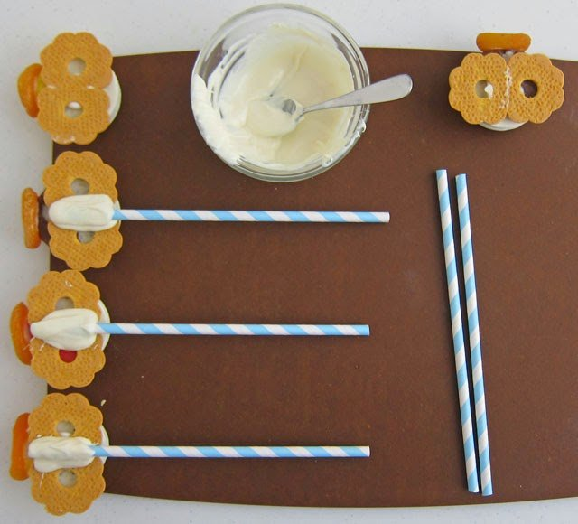 How to attach Oreo Angels to paper straws or lollipop sticks | HungryHappenings.com