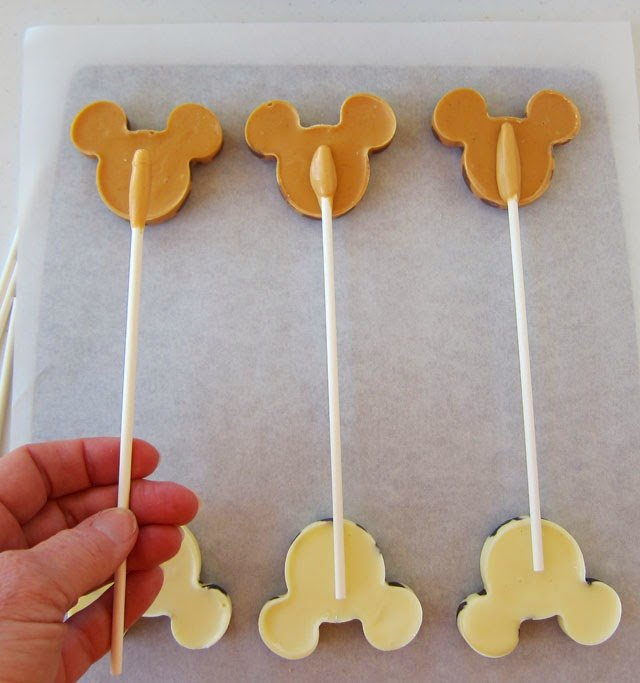 Learn how to make Mickey Mouse Animal Print Lollipops at HungryHappenings.com