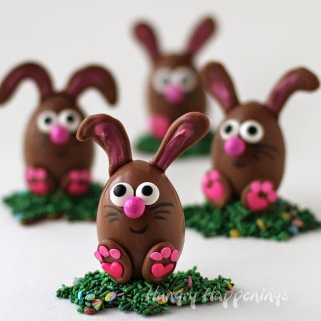 Turn chocolate eggs into these adorable Chocolate Easter Egg Bunnies. Tutorial at HungryHappenings.com