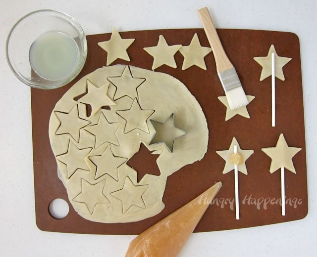How to make Mini Star Shapes Apple Pie Pops. Tutorial at HungryHappenings.com