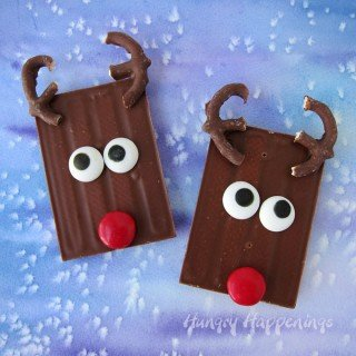 This Christmas if you are short on time but need to make some cute treats, grab some candy bars and create these cute Rudolph Candy Bars.