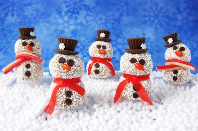 Share the love this Christmas my giving friends and family these sweet Peanut Butter Fudge Ball Snowmen. They are so much fun to make and decorate.