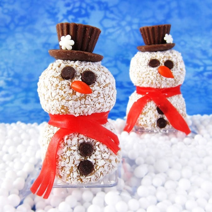 Peanut Butter Fudge Snowmen are just so darn cute and they are easier to make than you'd think. You have to check it out to see how to make these sweet Christmas treats.