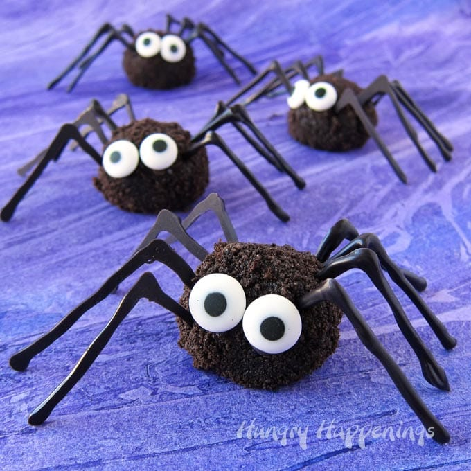 Oreo Spider Bites - Cute and creepy Halloween treats.